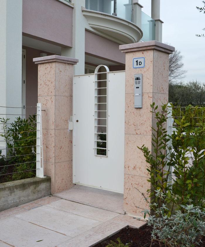 Ingresso esterno in pietra rosa della Lessinia